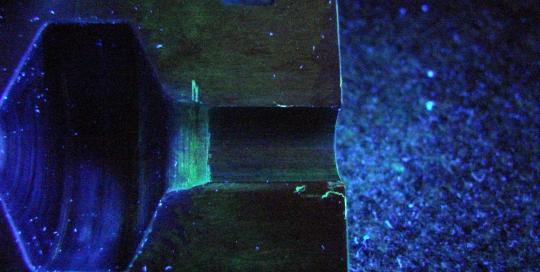 Визуален оглед на високотехнологична тапа под ултравиолетова светлина